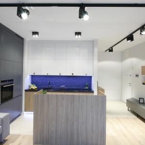 Ścianę nad blatem wykończono cegłą i pomalowano, dzięki czemu nadaje charakter nowoczesnej kuchni. Projekt: Ola Kołodziej, Ula Szmyt. Bartosz Jarosz