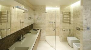 Minimalizm, biel i czerń oraz kamień naturalny to trendy, które dominowały w projektach łazienek w minionym roku.