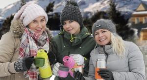 Zimąw pracy, szkole czy w podróży powinien nam towarzyszyć termos lub kubek termiczny z ulubionym rozgrzewającym napojem.