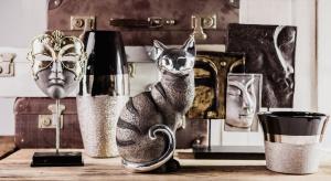 Jeśli szampański nastrój sylwestrowej nocy chcemy zatrzymać nieco dłużej, zaprosimy do stołu zarówno połyskujące dekoracje, jak i praktyczne akcesoria barowe.