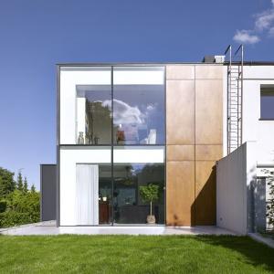 Duże przeszklenia pozwalają przejrzeć dom na wylot. Fot. Jeremi Buczkowski