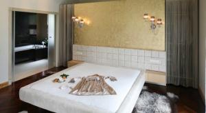 Łazienka przy sypialni to bardzo wygodne rozwiązanie i co raz częściej stosowane przez Polaków. Zobaczcie nasz przykłady aranżacji.