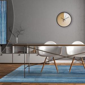 I na koniec coś dla fanów prostoty i minimalizmu – klasyczne paski. Wzór ten, odpowiednio ułożony, poszerzy lub wydłuży optycznie pomieszczenie oraz utworzy ciekawą kompozycję z innymi liniowymi wzorami, jak np. panele, rolety. A Tobie, co się spodobało? Fot. Carpets&More.