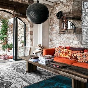 Mozaika etnicznych motywów tribalowych to wzór dla odważnych, szukających wyraźnych akcentów w swoim wnętrzu. Idealnie pasuje do stylu Boho, tak popularnego w krajach uważanych za kolebki dobrego designu, jak np. Francja, Włochy. Fot. Carpets&More.