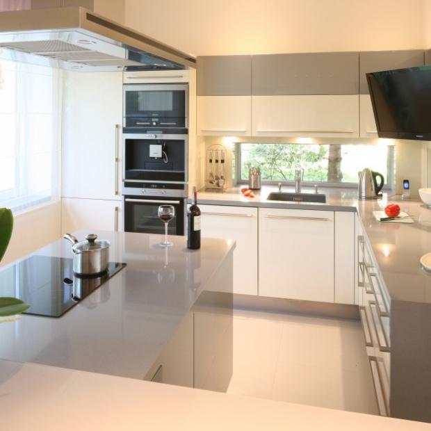 Telewizor w kuchni: 10 pomysłów z polskich domów