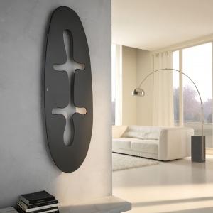 Grzejnik dekoracyjny JUNGLE z serii Extra Slim ma niezwykle cienką płytę grzewczą (zaledwie 10 mm). Forma nawiązująca do prymitywnej sztuki. Fot. Cordivari