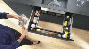 Kuchenne szafki mogą być naprawdę dobrze zorganizowane. Pomogą w tym praktyczne carga, kosze czy organizery.