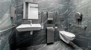 Wszyscy korzystamy z toalet znajdujących się w przestrzeni publicznej: przebywając w miejscu pracy, spacerując po centrum handlowym, podczas wizyty w kinie czy spędzając noc poza domem w hotelu. Na pierwszy rzut oka wydają się być pomieszczeniami