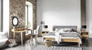 Jasne dekory drewna należą obecnie do najmodniejszych. W sypialni świetnie będą prezentować się na meblach: ramach łóżka czy szafach.
