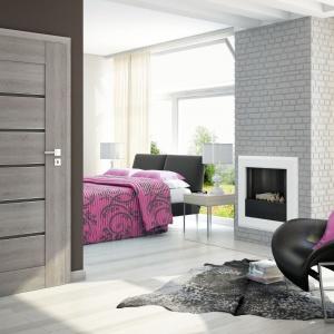 Sempre Alu wzór W03 to nowoczesne drzwi z drewnianym ramiakiem, panelami z poziomym dekorem drewna oraz aluminiowymi listwami dekoracyjnymi. Dostępne w systemie przylgowym lub bezprzylgowym DUO. Fot. Pol-Skone