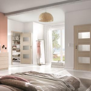 Drzwi wewnętrzne K.3 z kolekcji KONCEPT, z trzema dekoracyjnymi przeszkleniami w mlecznym kolorze, wykończone okleiną Portadecor w kolorze orzech bielony. 601,47 zł. Fot. Porta