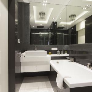 W łazience dominuje czerń i biel, ale to dawkowana z umiarem szarość nadaje wnętrzu typowo męski charakter. Projekt: arch. Agnieszka Hajads-Obajtek. Zdjęcia: Bartosz Jarosz