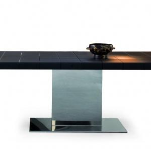 Rozkładany stół LINGOTTO (proj. Gino Carollo) o podstawie ze stali nierdzewnej. Blaty ze szkła albo drewna (do wyboru) zdobi wygrawerowany wzór w kratę. Od ok. 15.500 zł. Fot. Bonaldo