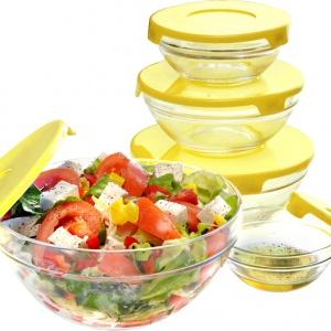 Komplet okrągłych, szklanych salaterek o średnicach od 9 do 17 cm z przykrywkami w 5 kolorach: zielonym, pomarańczowym, fioletowym, żółtym i niebieskim. Doskonałe na dania zimne i gorące, do przechowywania półproduktów w lodówce, do serwowania potraw. Opróżnione i umyte można sztaplować, czyli wkładać jedno naczynie w drugie. Cena brutto: 11,82 zł. Fot. Galicja dla twojego Domu