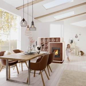 Wykonana ze stylowych kafli zabudowa kominka wprowadzi do wnętrza ciepłą, nieco rustykalną atmosferę. Fot. Brunner