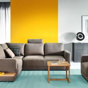 Narożnik Mod ma nowoczesną stylistykę. Półka za zakończeniu zapewnia dodatkowe miejsce do przechowywania. Fot. Etap Sofa