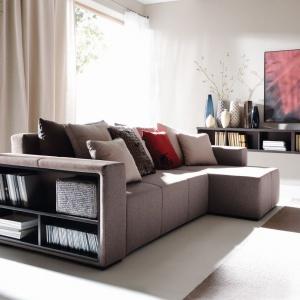 Narożnik Mateo to komfortowy model, który można ustawić w kącie ściany. Dzięki półkom umieszczonym w boku narożnika mamy miejsce do przechowywania ulubionych książek. Fot. Black Red White