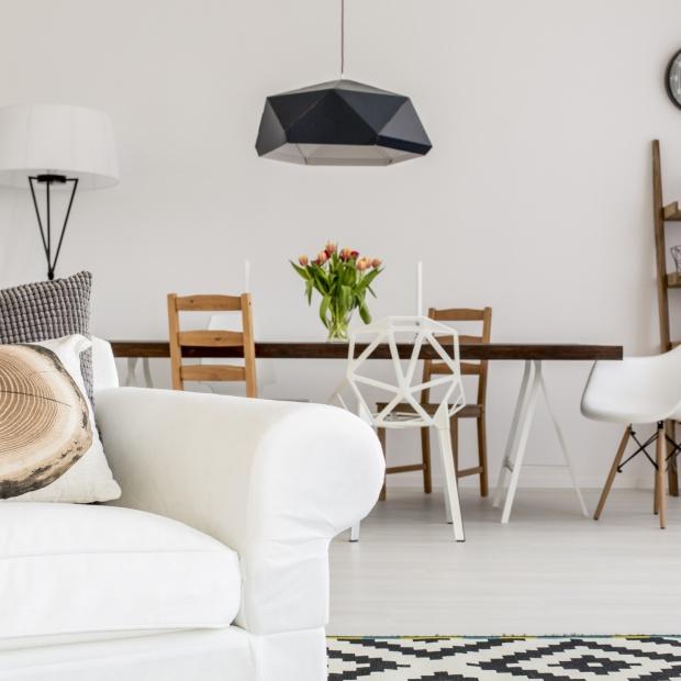Podłoga w salonie - postaw na jasne drewno