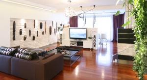 Duże przeszklenia, jasne kolory mebli i ścian oraz dobrze dobrane oświetlenie sprawią, że będziemy w domu lepiej wypoczywać.