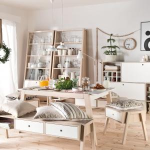 Kolekcja Spot to białe meble z elementami drewna. Meble są funkcjonalne i dopasowują się do potrzeb użytkownika. Fot. Vox