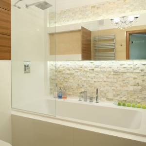 Ściany w łazience zdobi elgancki kamień naturalny. Projekt: Małagorzata Mazur. Fot. Bartosz Jarosz