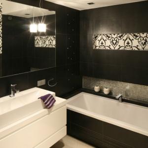 W tej łazience płytki zestawiono z czarno-białą tapetą z tkaninowym wzorem. Projekt: Małgorzata Galewska. Fot. Bartosz Jarosz