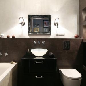 Okładzinę w płytek w ciemnym, brązowym kolorze uzupełniają wykończenia z tynku dekoracyjnego. Projekt: Joanna Nawrocka. Fot. Bartosz Jarosz