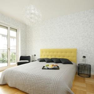 """Lekki w formie, dekoracyjny żyrandol, złożony z """"bukietu wycinankowych"""" kwiatów, jest wyjątkową ozdobą tej sypialni. Projekt: Justyna Smolec. Fot. Bartosz Jarosz"""
