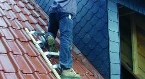 W tym sezonie, ku uciesze najmłodszych, zimowe atrybuty jednak powróciły, a wraz z nimi obowiązek odśnieżania dachów i chodników, nałożony przez prawo na właścicieli i zarządców budynków. Jak przygotować się do tego niełatwego zadania?