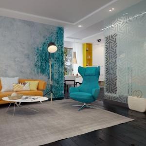 Efekt transparentności utrzymany jest również na ścinie usytuowanej za kanapą. Zastosowana kolorystyka i przenikanie się barw, rodem ze starego malowidła ściennego, stanowi dekoracyjny punkt salonu. Fot. Archetyp