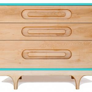 Komoda CARAVAN DRESSER z litego drewna klonu. ozdobiona niebieskimi akcentami. Ok. 5.950 zł. Fot. Kalon Studios