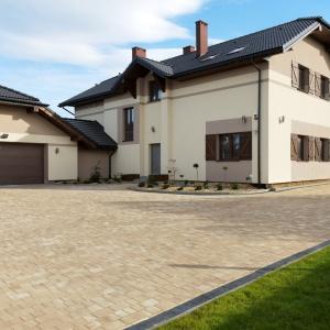 Kolorystyka kostki brukowej powinna być dopasowana do elewacji lub dachu domu. Wtedy osiągniemy najlepszy efekt wizualny. Na zdjęciu: kostka Bruk Prosty I, Bruk.