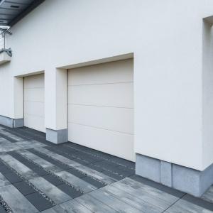 Uniwersalność  betonowych płyt tarasowych sprawia, że doskonale sprawdzą się na przydomowych podjazdach i chodnikach. Na zdjęciu: płyty Linea i ecoLinea, Bruk.