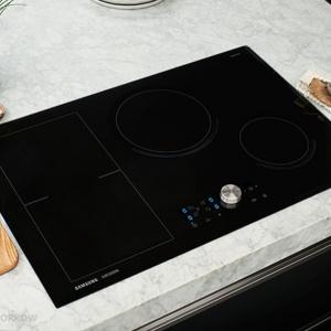 Płyta indukcyjna ze strefą Flex Zone. Duże, prostokątne, otwarte pole na płycie zostało zaprojektowane tak, by mieściło garnki i patelnie o różnych kształtach i wymiarach lub duże naczynia do gotowania. Fot. Samsung