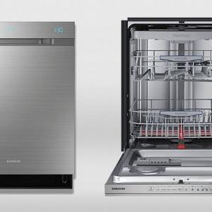 Opatentowana przez firmę Samsung technologia ściany wodnej odróżnia się od tradycyjnych zmywarek tym, że strumień wody nie obraca się po okręgu w środku urządzenia, a precyzyjnie przesuwa od jednego do drugiego brzegu zmywarki. Dzięki temu wszystkie naczynia myte są z taką samą dokładnością. Fot. Samsung