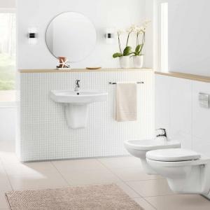 Eksperci z zakresu wystroju wnętrz często podkreślają, że łazienki bardzo dobrze prezentują się w bieli, która nie tylko nadaje pomieszczeniu lekkości i optyczne powiększa przestrzeń, ale też sprawia wrażenie czystości, a w niektórych wydaniach - nawet sterylności. Fot. Grupa Armatura