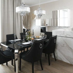Wnętrze w stylu glamour wymaga odpowiedniego oświetlenia. Tu zaprojektowano je w formie dwóch ozdobnych lamp. Projekt: Karolina Łuczyńska. Fot. Bartosz Jarosz