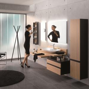 Smukłe linie oraz pełne wdzięku proste geometryczne formy, a do tego eleganckie połączenie czerni z dekorem drewna prezentuje kolekcja MEMORIA BLACK. Fot. VitrA