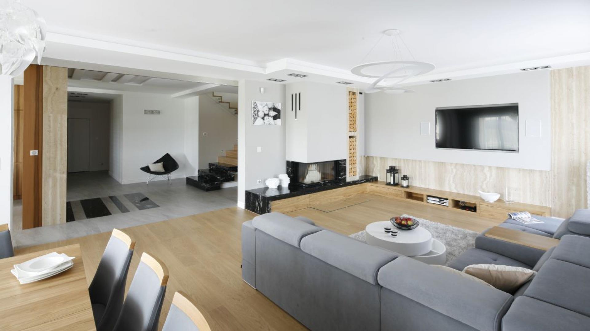 bia o szary salon drewno w salonie pomys y z polskich dom w strona 3. Black Bedroom Furniture Sets. Home Design Ideas
