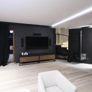 Drewno w różnych formatach i odcieniach oraz czerń to elementy charakterystyczne tego salonu. Projekt: Jan Sikora. Fot. Bartosz Jarosz