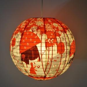 Piękne, papierowa lampy ORIGAMI i PEACOCK z kolorowymi nadrukami kojarzącymi się ze sztuką origami. 39 zł/szt. Fot. Blue Q