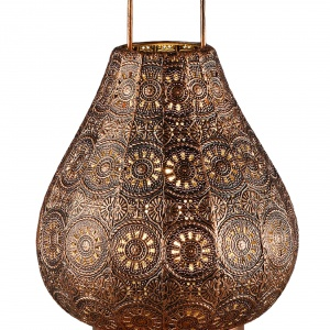 Dekoracyjny lampion w kolorze mosiądzu to sposób na efektowną oprawę dla świec. Fot. Leroy Merlin