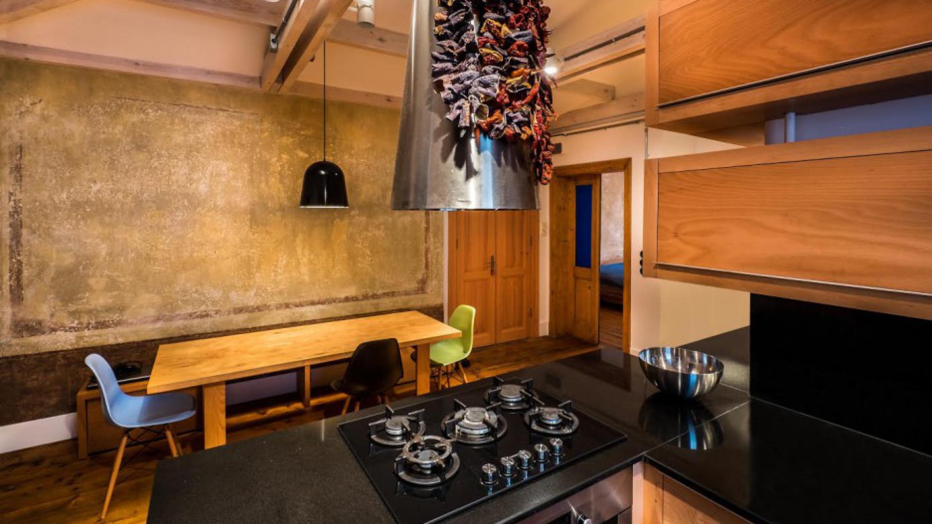 Centrum domu stanowi kuchnia, w której zlokalizowano również niewielki kącik jadalniany. Projekt: Atelye70. Fot. Emrah Aydemir.