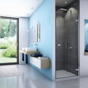 Z serii kabin o eleganckim, minimalistycznym designie: drzwi do wnęki prysznicowej ESCURA ES1C ze szkła 6 mm z powłoką polimerową powłoką Aquaperle w standardzie, zawiasy z systemem unoszenia. Od 2.152 zł. Fot. SanSwiss