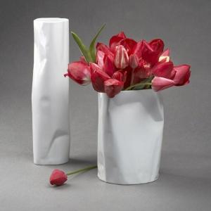 Dwa POGIĘTE WAZONY z porcelany do wnętrz z odrobiną ekstrawagancji. Wysokość: 20 i 30 cm. 180 zł. Fot. Modus Design