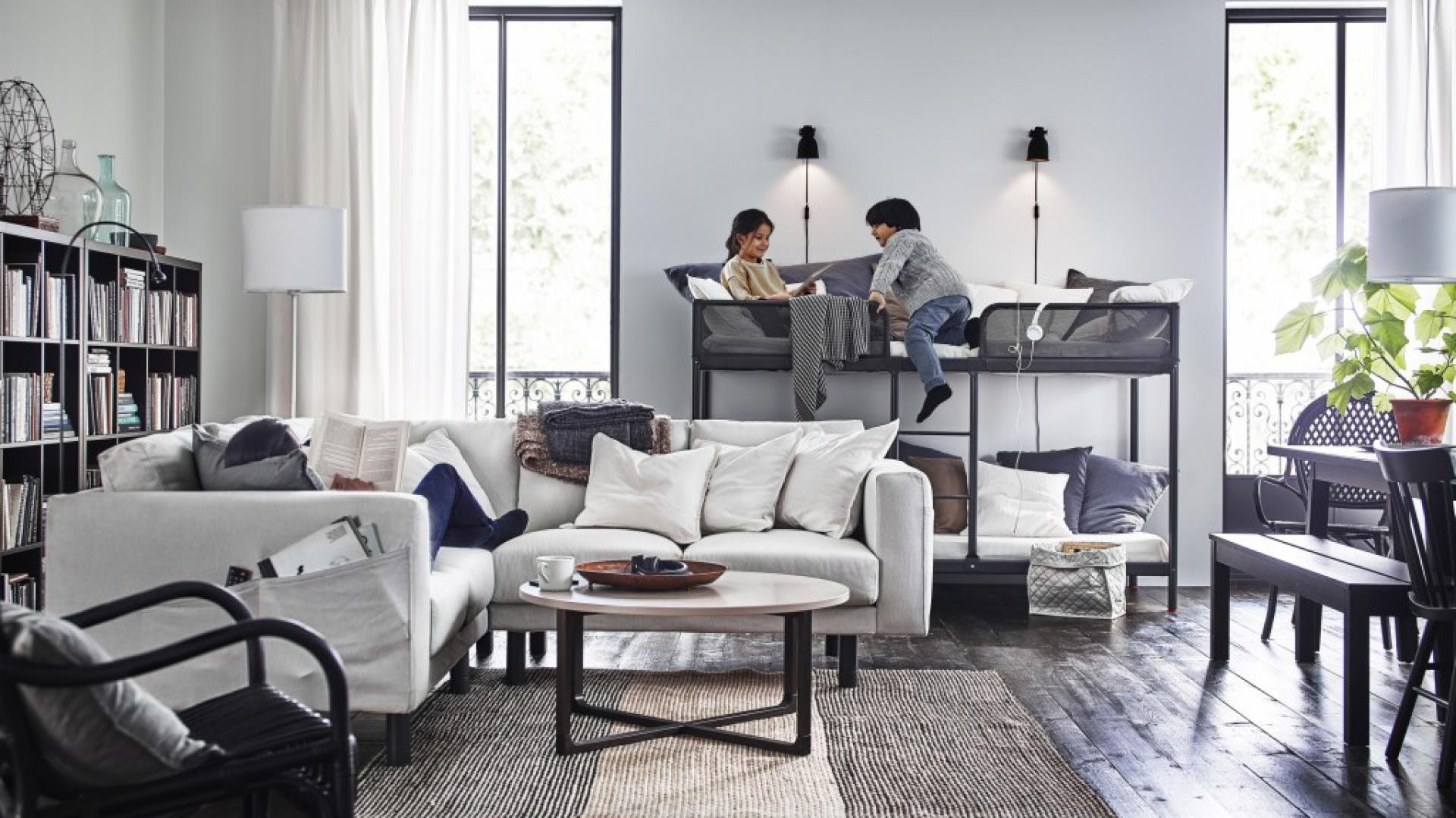 Sofa narożna NORSBORG, stolik RISSNA wykonany z drewna, lakierowany bezbarwnie. 3.798 zł, 399 zł. Fot. IKEA