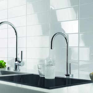 Water Dispenser jest połączeniem źródła gorącej i zimnej wody (Hot & Cold Water Dispenser). Dzięki temu nie tylko można łatwo przygotować gorące napoje, lecz także korzystać z zimnej, filtrowanej wody w każdej chwili. To idealny dodatek do Drinking Water Zone. Fot. Dornbracht