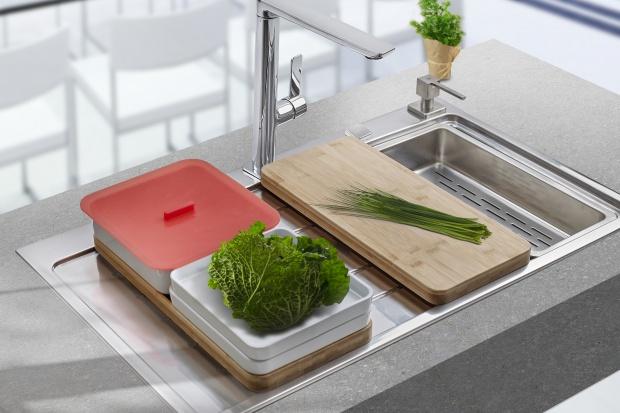 Miejsca do pracy w kuchni nigdy nie jest za wiele. Dlatego każde rozwiązanie, które pozwoli lepiej zagospodarować blaty robocze i uzyskać dodatkową powierzchnię do krojenia lub odkładania składników, jest cenne.