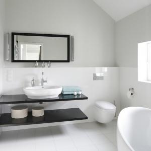 Biel to najlepszy sposób na optyczne powiększenie wnętrza, stąd też dominuje w domach Polaków, którzy zwykle posiadają niewielkie łazienki. Projekt: dom pokazowy na osiedlu Ventana. Fot. Bartosz Jarosz