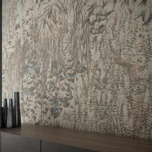 Aiola z kolei zachwyca bogactwem detali i kompozycją. Ściana udekorowana taką grafiką wygląda jak obrośnięta bluszczem i mchami oddanymi z niemalże fotograficzną precyzją. Fot. Glamora